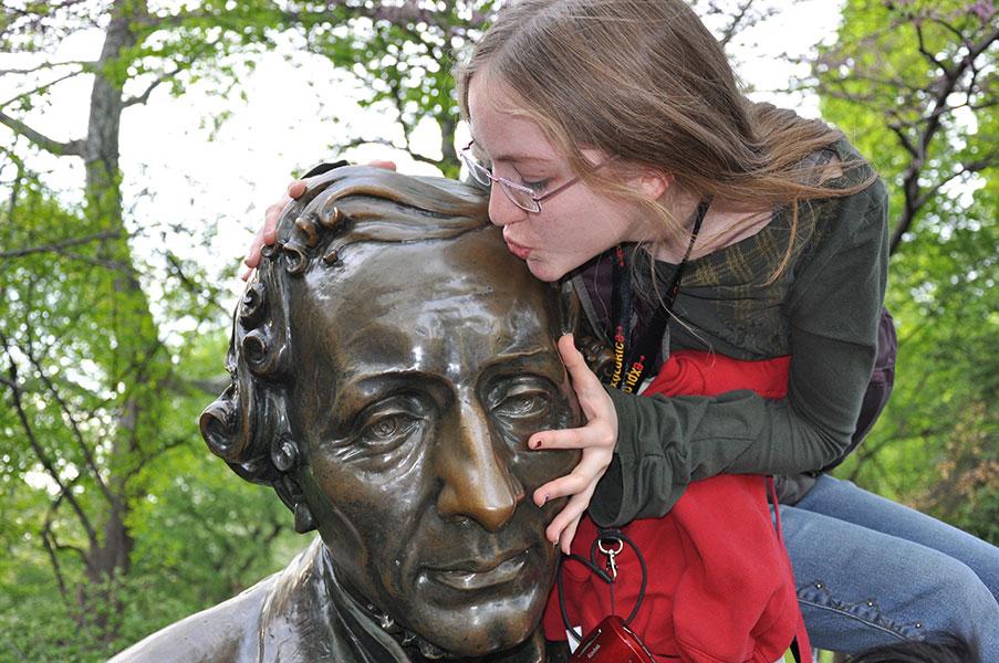 Kissing Andersen's statue